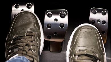 5069_julho3_pe_acionando_pedal_embreagem_carro_900x506.jpg